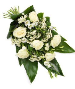 Snittblomster * Begravelse - Bårebukett : Kjært minne : Hvit bårebukett med roser, texasklokker og krysantemum med grøny